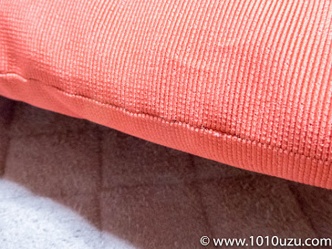 座布団の縫い合わせ口を解いて綿を取り出す