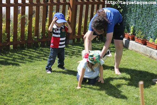 David jugando con Borja y Paola en el jardín de su casa en Santiago de Compostela