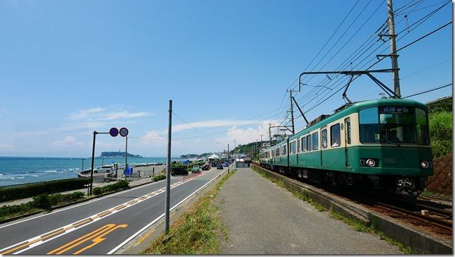 24-沿著湘南海岸而行的江之島電鐵,具有豐富的觀光資源,左方小島即為江之島