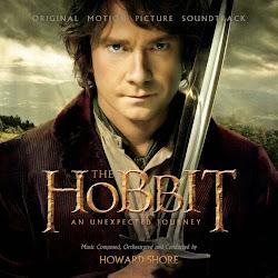 """Pierwsza część trylogii, opartej o dzieło Tolkiena - """"Hobbit"""", zawiera w sobie także motywy z innych powieści znakomitego autora. W """"Niezwykłej podróży"""" poznamy Bilbo Bagginsa, statecznego i rozważnego hobbita, który wiedzie wygodne życie, pozbawione niespodzianek i nagłych wydarzeń. Jednak pewnego dnia, podkuszony przez czarodzieja Gandalfa, wiedziony wewnętrznym, dotąd skrzętnie skrywanym pragnieniem poznania świata oraz chęcią pomocy innym, postanawia zrobić coś całkowicie nie w swoim stylu. Bilbo mawiał: """"To ryzykowna sprawa wychodzić za próg domu. Uważaj na nogi, bo nie wiadomo, gdzie cię poniosą."""". Gdzie poniosły Bagginsa, gdy odważył się przerwać bezpieczną rutynę, opuścić to, co znane i wygodne? Polecam przekonać się samemu:)"""
