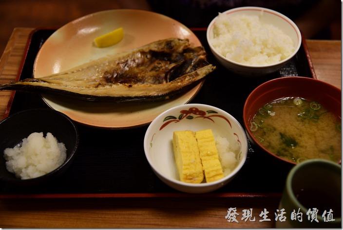日本-街角屋平價和食定食料理。竹夾魚定食,日幣790丹。魚肉的鹹度非常的合乎我們的口味,魚肉軟硬也適中,真的是到不錯的料理。除了附上一碗白飯、味噌湯及豆腐,還有玉子燒。