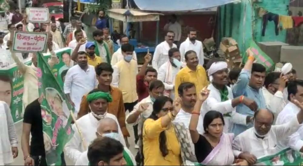 महंगाई रोक के नाम पर राजद कार्यकर्ताओं ने कोवि़ड प्रोटोकॉल का उड़ाया धज्जियां...