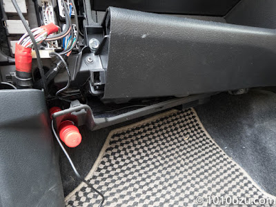 ヒューズボックスの蓋を開け助手席足元のパネルを外す