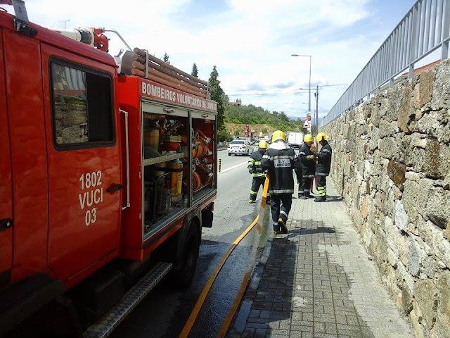 A rápida intervenção dos Bombeiros de Lamego evita que veiculo arda na totalidade na Rua Egas Moniz