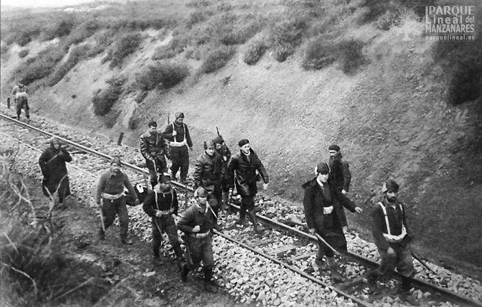 Milicianos avanzando por las vías del ferrocarril del Tajuña