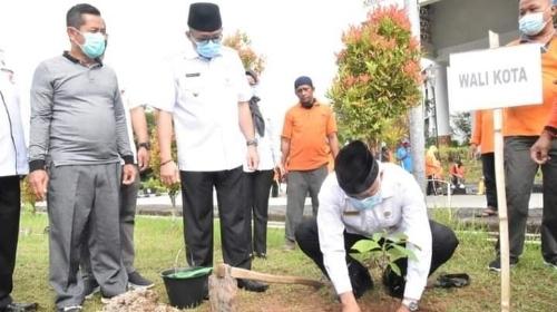 Percantik Taman Kota, Pemko Padang Tanam 1.800 Bibit Pohon Buah.