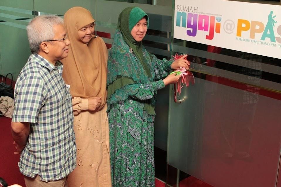 Perasmian oleh Y.B. Dr Hajah Halimah Ali dengan diiringi oleh Puan Hajah Mastura Haji Muhamad dan Dato' Hussamuddin Yaacob.