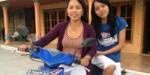 Dokumentasi Pribadi/BBC Indonesia Musiri bersama dengan salah satu putrinya di halaman rumahnya di Bojonegoro, Jawa Timur.