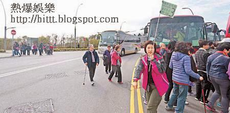 虎口上落客<br>市民橫過馬路登車,當中更有長者,險象環生。(潘思維攝)