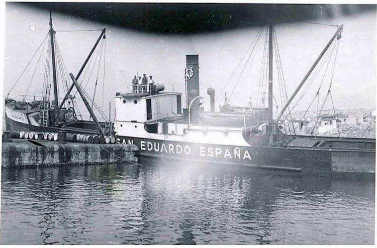 El vapor SAN EDUARDO en lugar indeterminado. Años cuarenta siglo XX. Foto O. Firscher. Forum Marinearchiv.tif