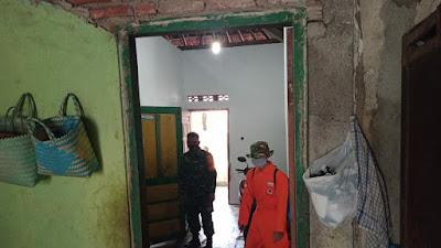 Babinsa Srihardono bersama FPRB Laksanakan Penyemprotan Desinfektan di rumah Warga yang terpapar Covid 19