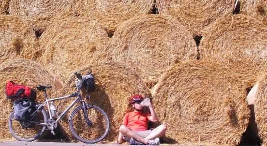 Chris neben dem Bike nach der Ernte, Mecklenburg-Vorpommern