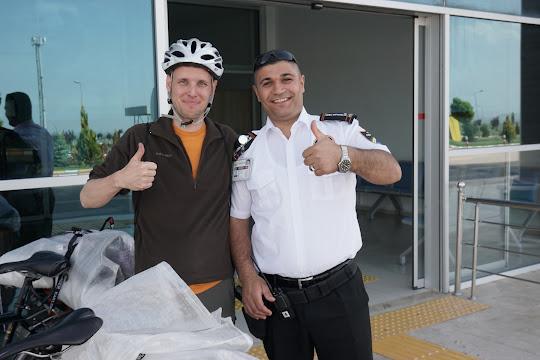 Freundlicher Polizist am Flughafen von Iğdir