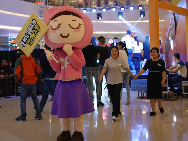 female Dianping mascot holding a sign at a Changsha mall