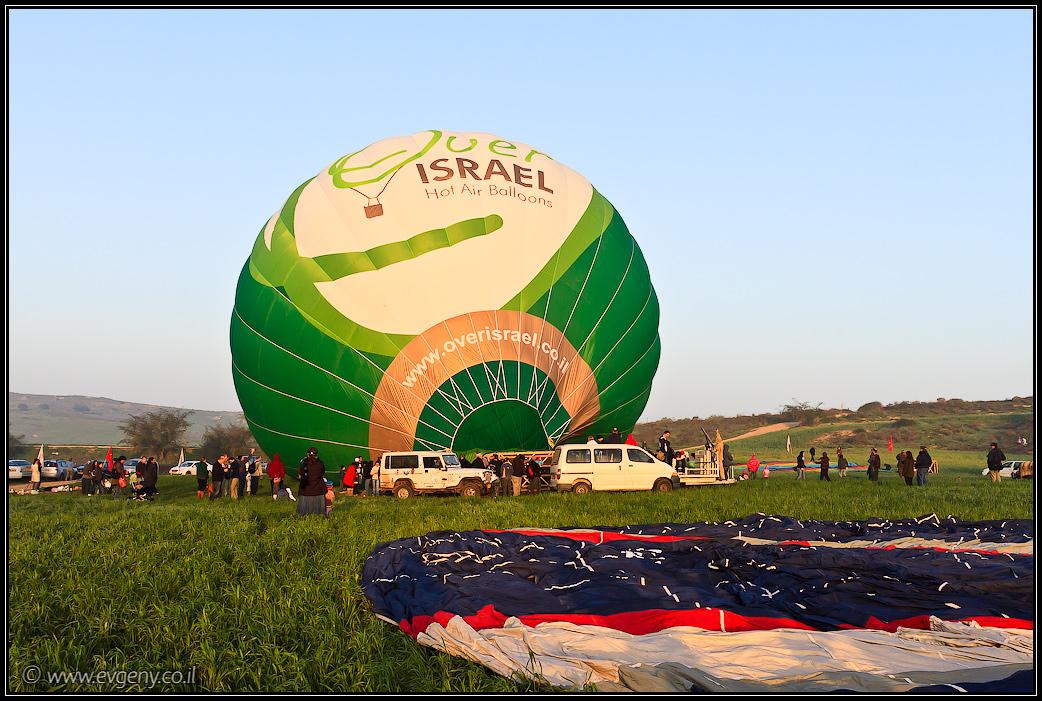 Фото: На рассвете они улетели – Воздушные шары над цветущим Негевом | LookAtIsrael.com - Фотографии Израиля и не только...