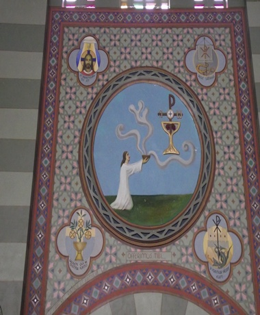 A decoração externa, assim como a das outras, remete-nos a uma parte da Santa Missa. Assim, esta arte é dedicada ao ofertório, início da liturgia eucarística.