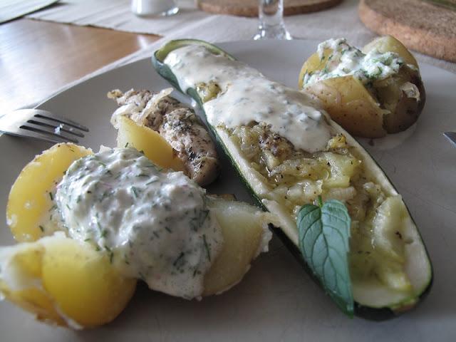 Cukinia faszerowana kozim serem i miętą z pieczonymi ziemniakami