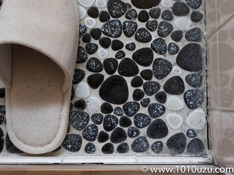 石張りのトイレのホコリ