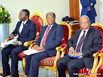De gauche à droite, des membres du cabinet du Président de la RDC dont son directeur du cabinet, Nehemie Mwilanya, maitre Nkulu Kilombo et le conseiller principale chargé de la politique et de la diplomatie, Ngoie Lulu le 01/06/2015 au palais de la nation à Kinshasa. Radio Okapi/Ph. John Bompengo