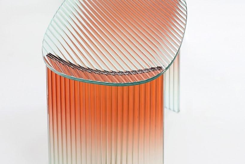 El degrade y vidrio estriado de estas mesas crean un entorno para transmitir una perspectiva diferente