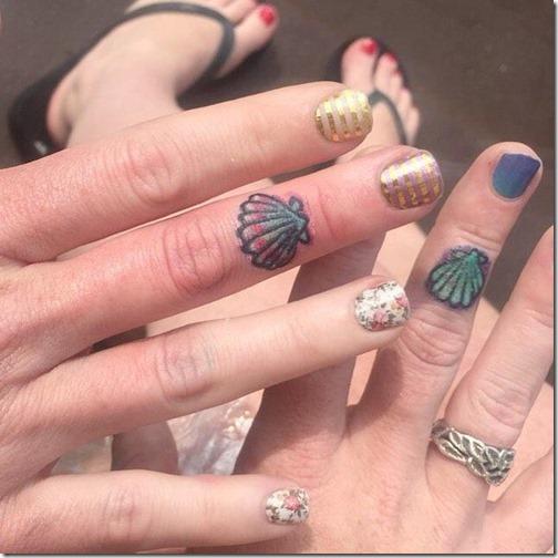 pequeñas_conchas_de_colores_en_los_dedos