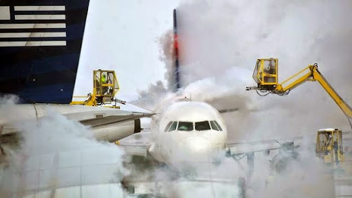 Cảnh làm tan băng trên thân một máy bay bên ngoài nhà đón khách tại sân bay quốc tế Indianapolis ở bang Indiana, Mỹ. Ảnh: AP