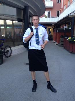 スウェーデンの男性電車運転手ら、スカート着用勤務で抗議。ついに会社、短パン認める。