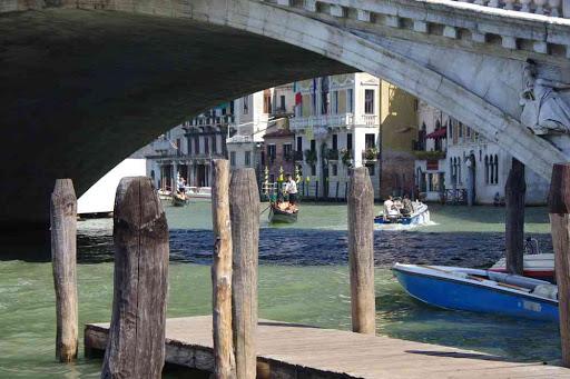 Grand Canal, sous le pont de Rialto.