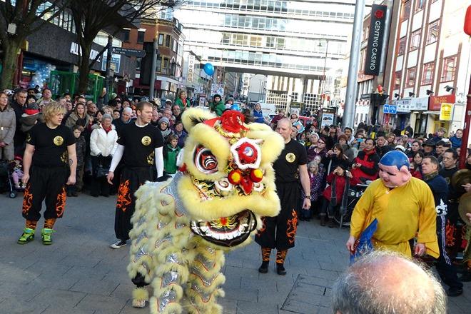 Lion dance. Танец льва на китайский Новый Год в центре Бирмингема