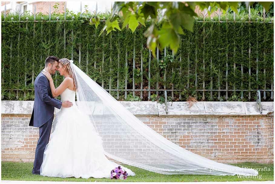 fotógrafos de boda en Aranjuez realizando fotografías a unos novios de MAdrid