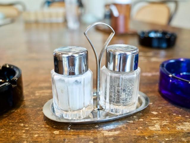 店内のテーブルに置かれた塩とコショウの入れ物