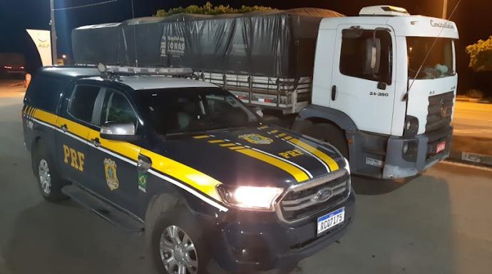 PRF flagra caminhão transitando na BR 242 com excesso de passageiros e carregado com 24 toneladas de milho sem nota fiscal