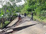 Babinsa Hargotirto Melaksanakan Pengecekan Jalan Amblas