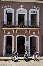 Photo: ImagemVIP- Básico Digital. Presencial- Numa bela manhã de sábado, a luz realçou as floreiras desta fachada açoriana, na Pr. XV, centro da Ilha de Santa Catarina.