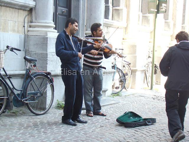Gente en las calles de Brujas, Bélgica, Elisa N, Blog de Viajes, Lifestyle, Travel