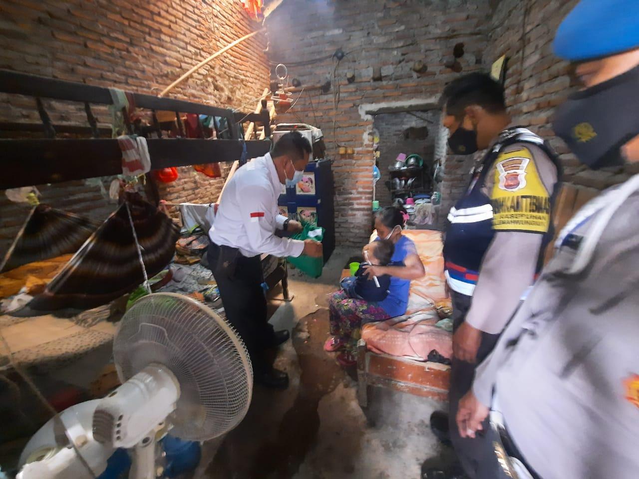 Berbagi Kasih, Polsek Lemahwungkuk Polres Ciko Gelar Baksos ke Orang Jompo