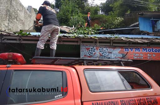 Longsor dan Pohon Tumbang hantam rumah warga Kecamatan Gunungpuyuh Kota Sukabumi /Foto : Dian Syahputra Pasi (23/1/2019)