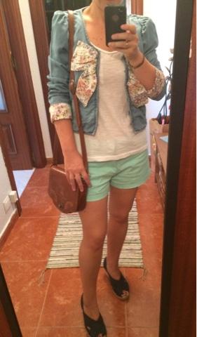 Chaqueta vaquera finita de Zara, shorts de Sfera y camiseta básica de Primark-look verano