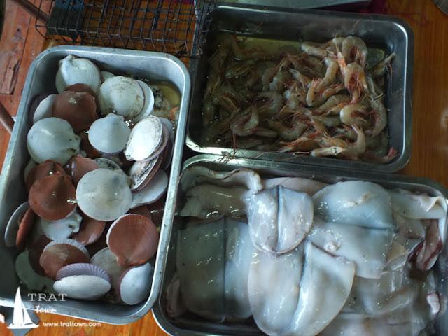 อาหารสดสำหรับปิ้งย่าง ที่โฮมสเตย์ บีช ป้านา เกาะช้าง
