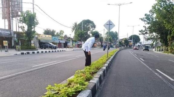 Warga Diminta Videokan Pelaku Pembuang Sampah di Median Jalan
