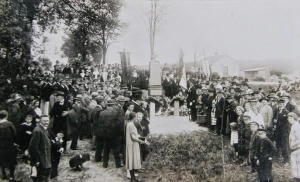 poświęcenie pomnika poległych w Jezierzycach (źródło: http://jezierzyce242.blogspot.com)