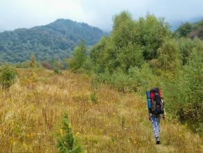Photo: David stoupá z vesnice Runina zpět na hřeben Polonin