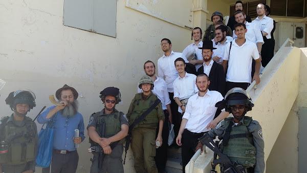 קבוצה של חרדים מארצות הברית לומדת ב-שלום על ישראל ביריחו