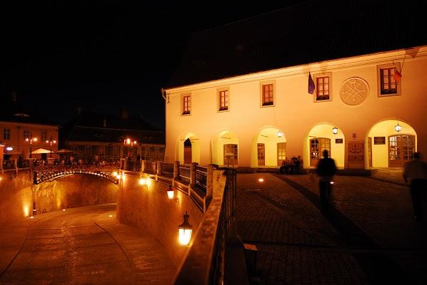 Nächtliche Stimmung am Piata Mica mit Lügenbrücke und Casa Hermes
