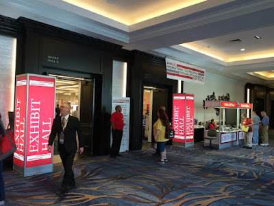Inngang til en sal banneret til konferansen rundt inngangen.