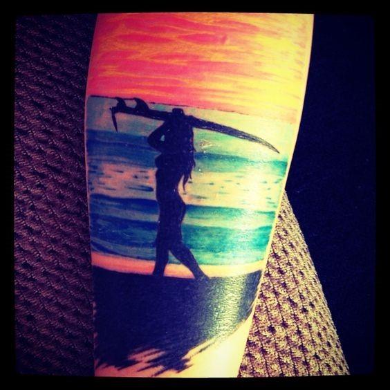 babe_praia_perna_tatuagem