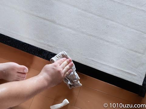 枠についたのりを水で湿らせたウエスで拭き取る