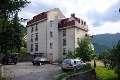 In diesem Wohnblock in Plužine nächtigen wir