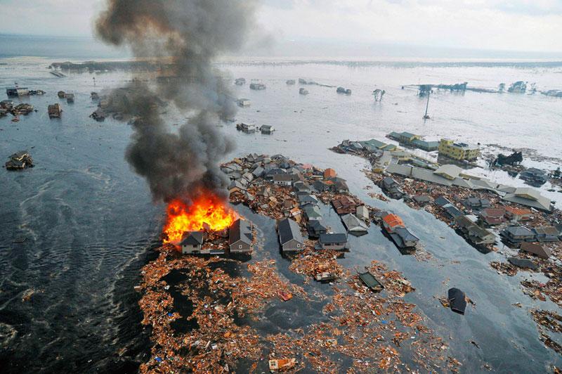 https://lh3.googleusercontent.com/-dGusFpTz5OA/TXpEcNNM5uI/AAAAAAAABhI/yIGGQRVwL1s/s1600/japan-tsunami-earthquake-photo-stills-013.jpg