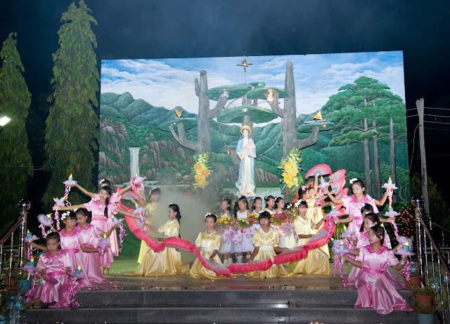 Giáo xứ Phú Phong dâng hoa kính Đức Mẹ